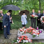 Składamy kwiaty na grobie ks. Damrota w Pilchowicach