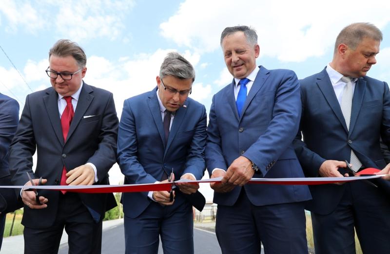 Otwarcie wyremontowanej drogi u zbiegu ulic Plażowej i Słonecznej w Niewieszu