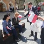 Dziś w Gliwicach rozdawaliśmy biało czerwone flagi